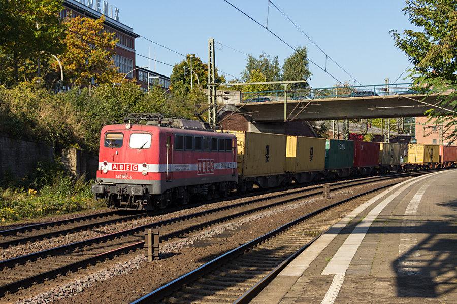 140 857 durchfährt mit einem Güterzug den Bahnhof Hamburg-Harburg.
