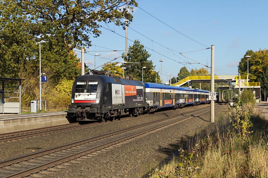 182 530 durchfährt mit HKX 1802 den Haltepunkt Klecken.