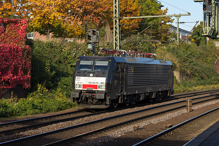 189 803 durchfährt den Bahnhof Hamburg-Harburg.