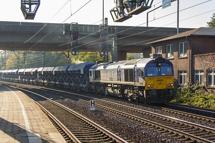 HHPI 29002 (266 464) durchfährt mit einem Güterzug den Bahnhof Hamburg-Harburg.