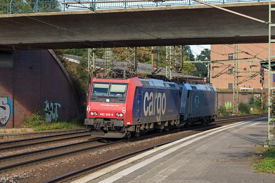 482 029 wendet im Bahnhof Hamburg-Harburg.