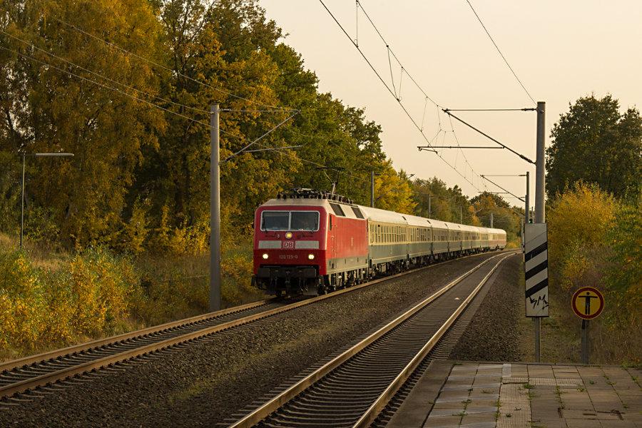 120 125 mit IC 2410 (IC '79) vor der Durchfahrt durch den Haltepunkt Klecken.