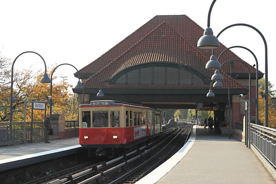 Zug aus TU 1 8838 und TU2 8762 in der Haltestelle Mundsburg beim 12. VHT.