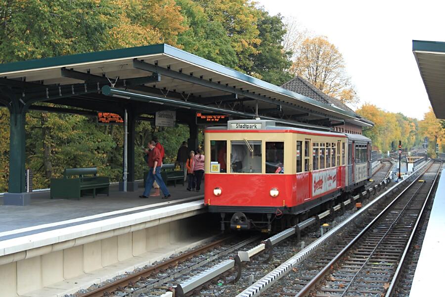 Zug aus TU1 8838 und TU2 8762 in der Haltestelle Saarlandstraße beim 12. VHT.