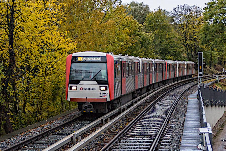 DT 3 816 bei der Einfahrt in die Haltestelle Uhlandstraße.