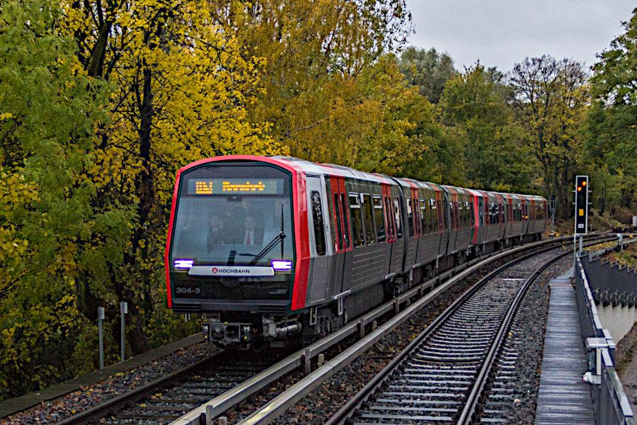 DT 5 304 und 306 bei der zweiten Runde ihrer Jungfernfahrt mit Fahrgästen einfahrend in die Haltestelle Uhlandstraße.