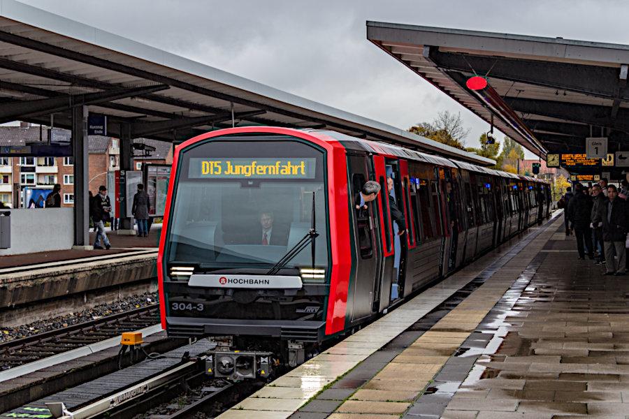 DT 5 304 und 306 bei ihrer Jungfernfahrt mit geladenen Gästen im Barmbeker Bahnhof.