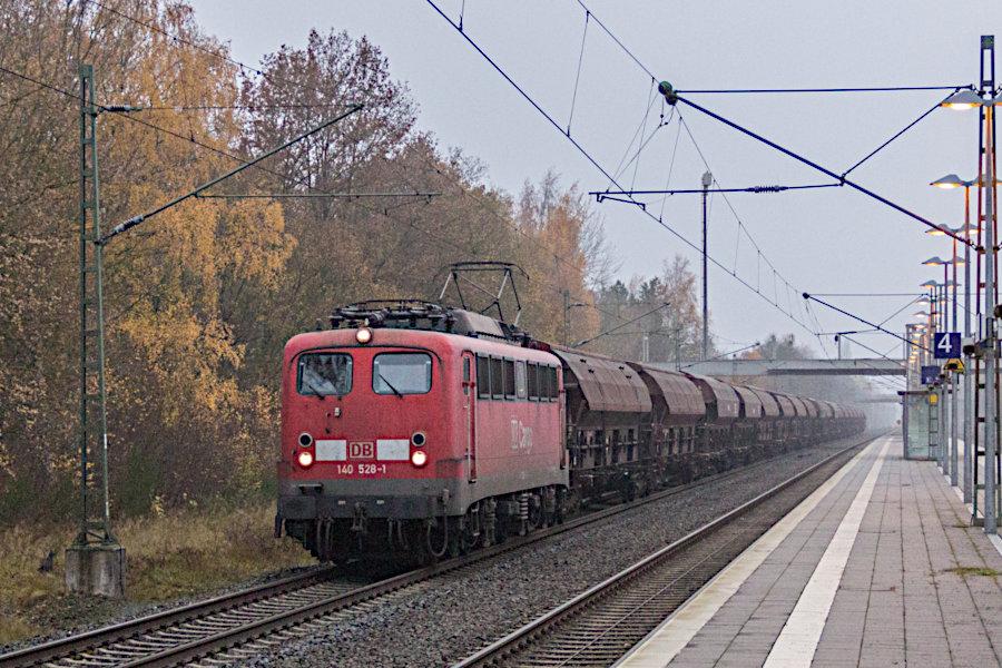 140 528 durchfährt mit einem Güterzug den Bahnhof Lauenbrück.