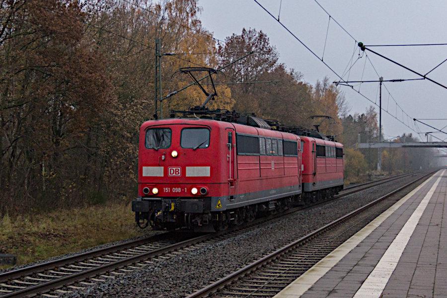 151 098 und 151 093 durchfahren als Triebfahrzeugfahrt (Tfzf) den Bahnhof Lauenbrück.