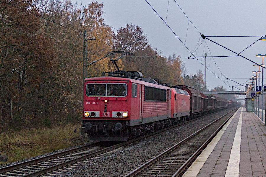 155 134 und im Schlepp 145 017 durchfahren mit einem Güterzug den Bahnhof Lauenbrück.