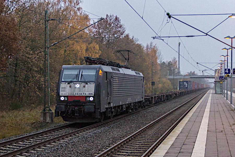 189 806 (ES 64 F4 - 806) durchfährt mit einem Containerzug den Bahnhof Lauenbrück.