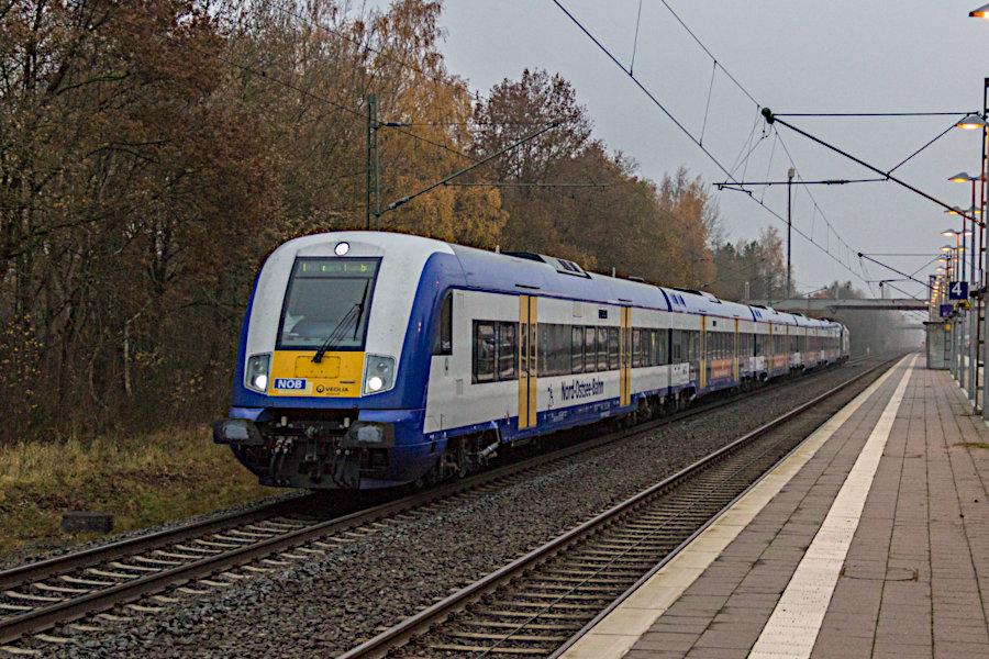 Eine Marschbahn-/Married-Pair-Garnitur, geschoben von 182 530, durchfährt als HKX 1803 den Bahnhof Lauenbrück.