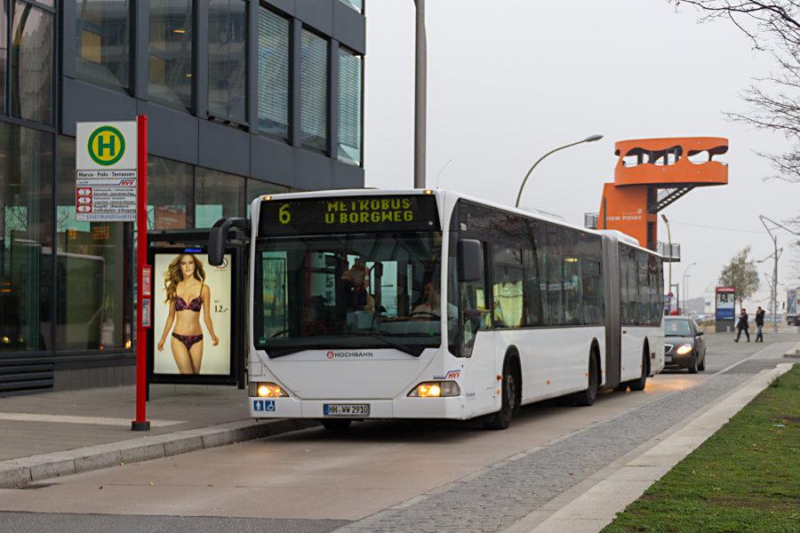 """HHA Wagen 7010 an der Haltestelle """"Marco-Polo-Terrassen"""" auf der Linie 6."""