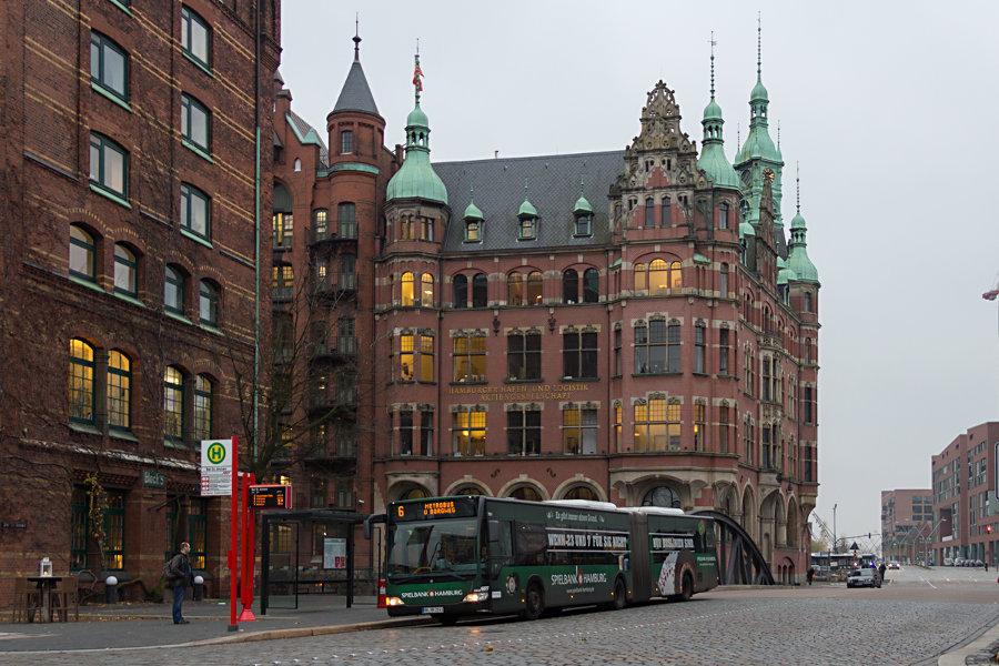 """HHA Wagen 7811 an der Haltestelle """"Bei St. Annen""""."""