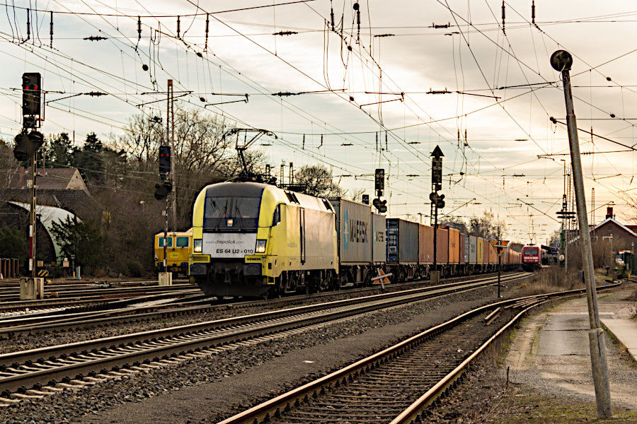 ES 64 U2-010 (182 510) mit einem Containerzug durch den Bahnhof Verden (Aller).