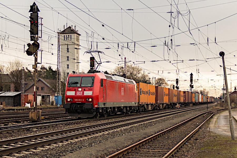 185 012 durchfährt mit einem Containerzug den Bahnhof Verden (Aller).