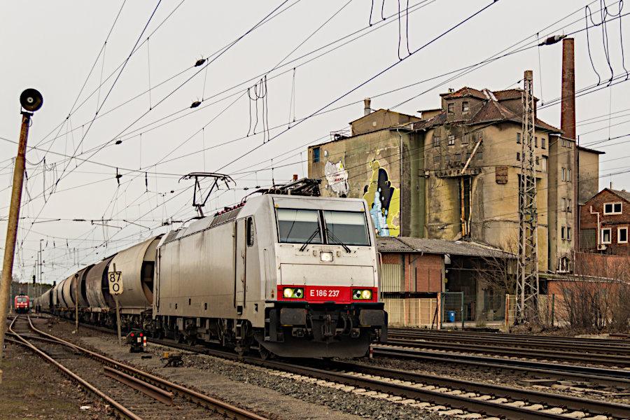 E 186 237 (186 237) durchfährt mit einem Güterzug den Bahnhof Verden (Aller).