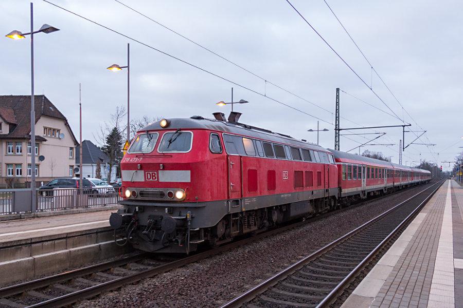 218 473 mit RE 14073 im Haltepunkt Sarstedt.