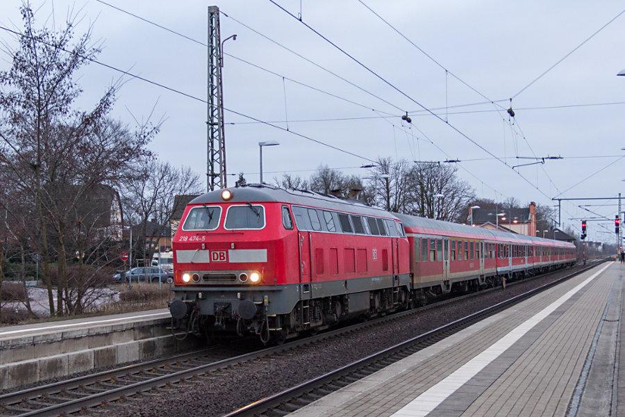 218 474 mit RE 14072 im Haltepunkt Sarstedt.