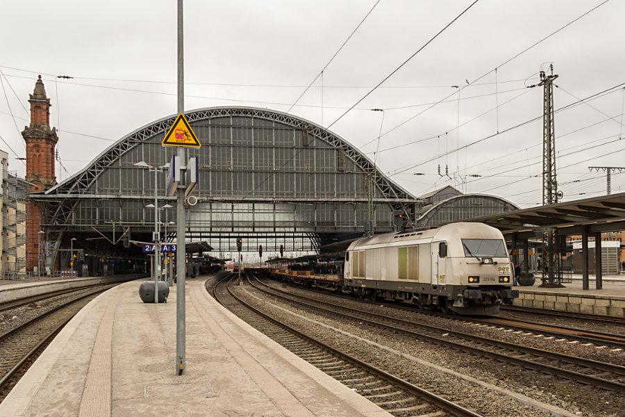223 154 durchfärt mit einem leerem Autotransportzug den Bremer Hauptbahnhof.