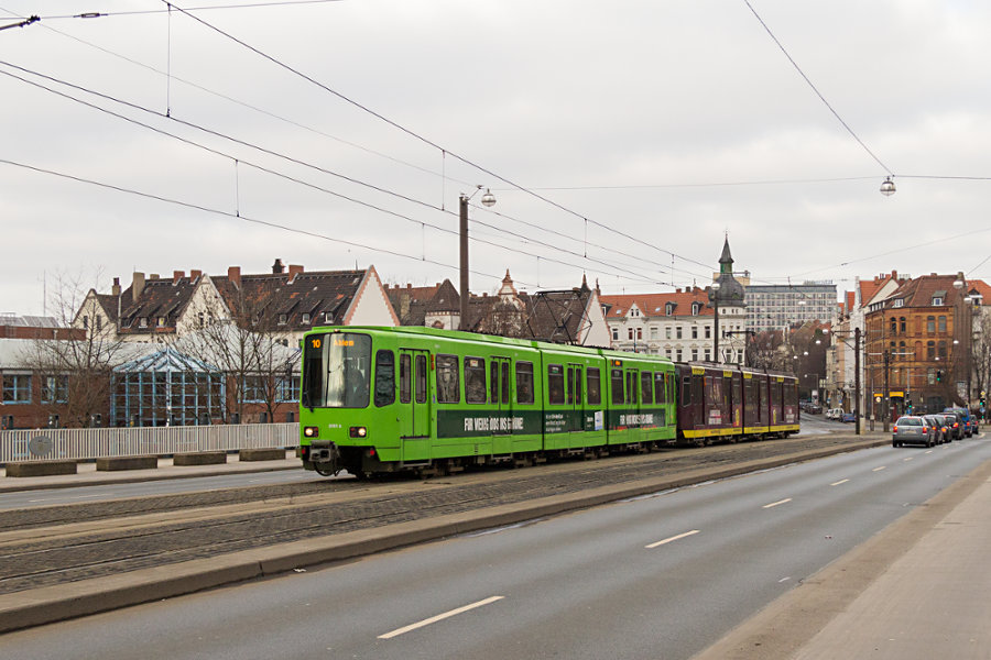 üstra Tw 6000 6161 und weitere Einheit auf der Line 10 auf der Leinertbrücke.