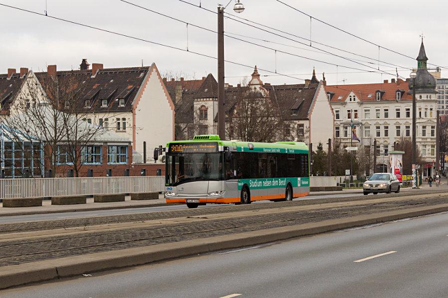 üstra 7948 auf der Line 200 auf der Leinertbrücke.