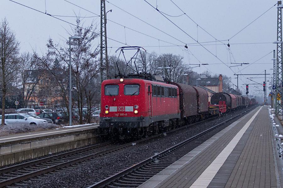 140 681 mit Güterzug durch den Hp Sarstedt.