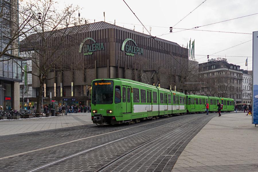üstra 6136 mit unbekanntem Bruder fährt als Linie 10 über den Ernst-August-Platz.