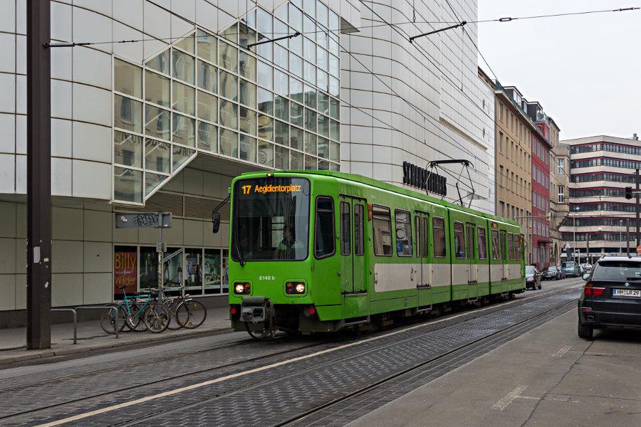 üstra 6146 auf der Linie 17 an der Haltestelle Thielenplatz/Schauspielhaus.