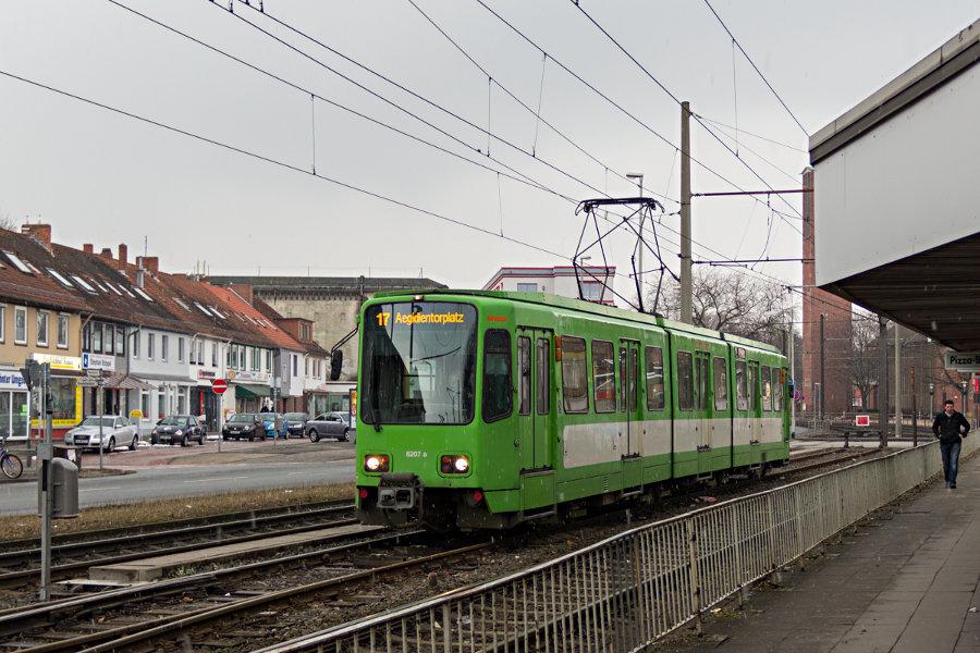 üstra 6207 auf der Linie 17 im Kehrgleis Wallensteinstraße.