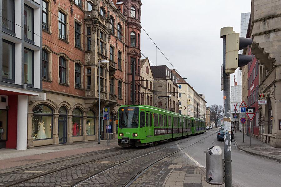 üstra 6229 mit unbekanntem Bruder auf der Linie 10 an der Haltestelle Thielenplatz/Schauspielhaus.