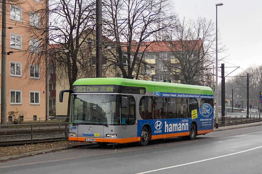 üstra Reisen 7852 auf der Linie 363 überliegend an der Haltestelle Wallensteinstraße.