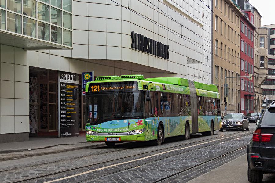 üstra 8303 auf der Linie 121 an der Haltestelle Thielenplatz/Schauspielhaus.