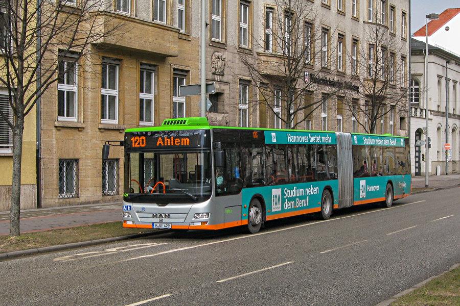 üstra 8429 auf der Linie 120 auf dem Überliegebereich am Aegidientorplatz.