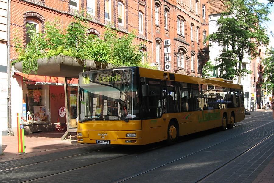 Der Wagen H-LL 787 von Leo Lautenbach in der Limmerstraße an der Haltestelle Leinaustraße.
