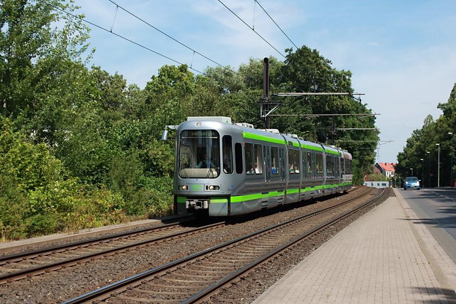 Einheiten 2559 und 2529 des Typs TW 2500 bei der Einfahrt in die Haltestelle Wallensteinstraße.