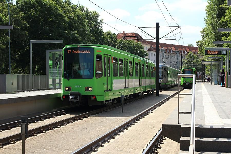 Einheit 6239 des Typs TW 6000 bei der Ausfahrt aus der Haltestelle Wallensteinstraße.