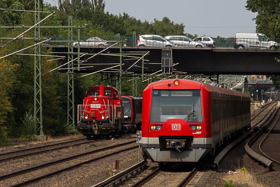 261 077 mit DT 5 311 im Schlepp und 474 075 mit weiterem unbekanntem 474er auf der S1.