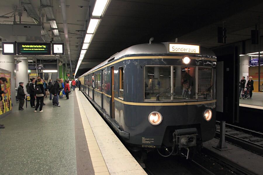 Der ET 171 082 während des 13. Verkehrshistorischen Tags im S-Bahnhof Altona.