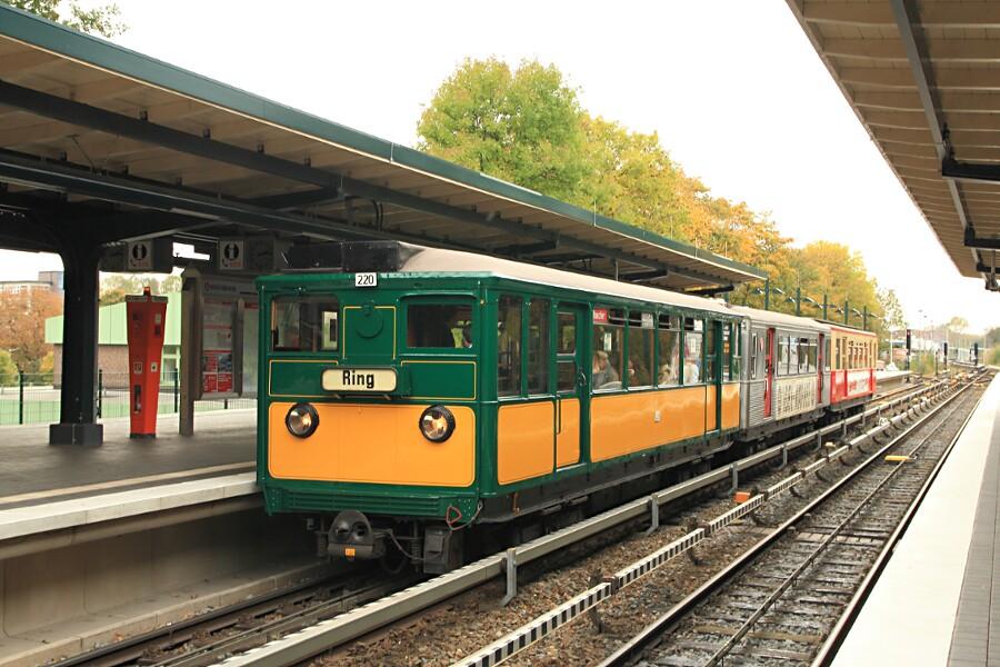 Die Triebwagen T6 220, TU2 8762 und TU1 8838 während des 13. Verkehrshistorischen Tags in der Haltestelle Saarlandstraße.