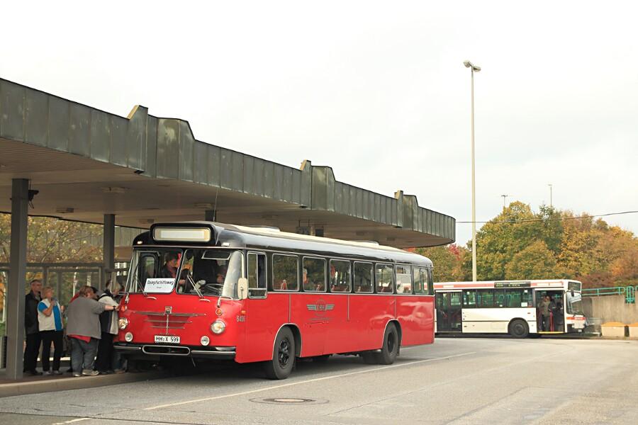 VHH 6409 und HOV 6502 während des 13. Verkehrshistorischen Tags auf der Omnibusanlage Bf. Harburg.
