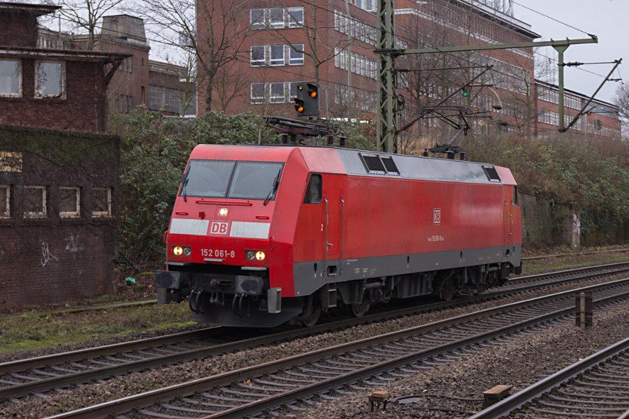 152 061 durchfährt den Bahnhof Hamburg-Harburg.