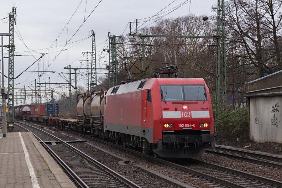 152 084 durchfährt mit einem Containerzug den Bahnhof Hamburg-Harburg.