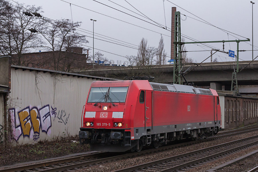 185 379 durchfährt den Bahnhof Hamburg-Harburg.