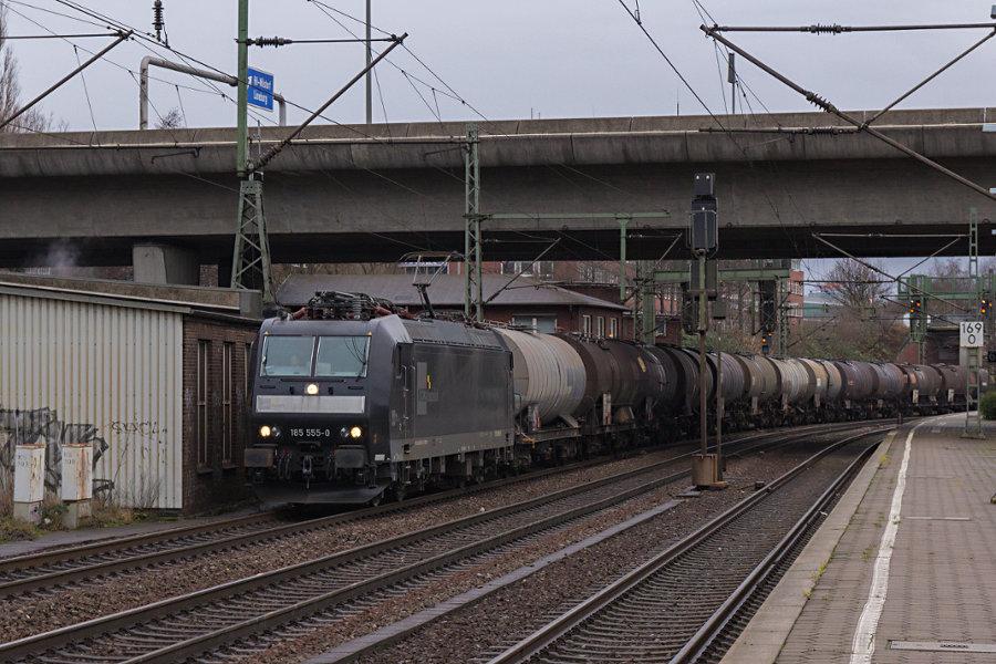 185 555 durchfährt mit einem Kesselwagenzug den Bahnhof Hamburg-Harburg.