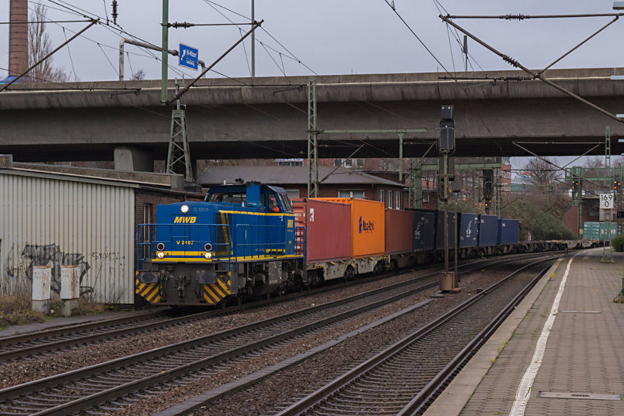 V 2107 (276 006) durchfährt mit einem Containerzug den Bahnhof Hamburg-Harburg.
