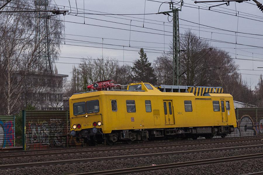 708 311 durchfährt den Bahnhof Hamburg-Harburg.