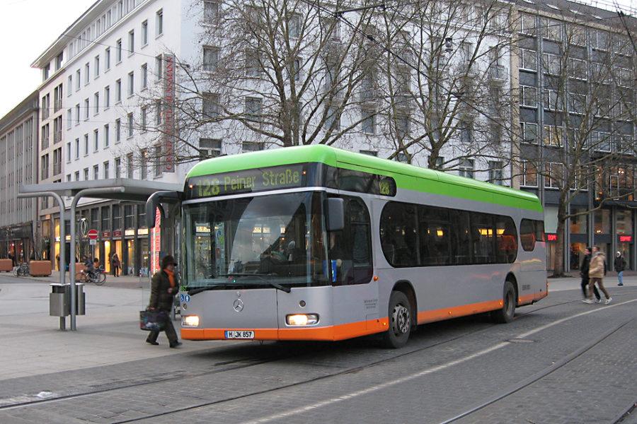 üstra Reisen 7857 auf der Linie 128 an der Haltestelle Hauptbahnhof.