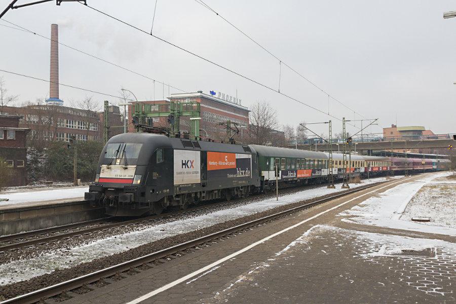 182 536 mit HKX 1802 im Bahnhof Hamburg-Harburg.