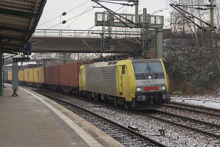 189 930 durchfährt mit einem Güterzug den Bahnhof Hamburg-Harburg.